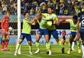 前半5分、先制ゴールを決め仲間と喜ぶ栃木SCのDF田代(30)=県グリーンスタジアム