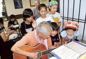 来店者や小学生スタッフらが一緒に歌を歌う「おい・わか・こども食堂」=7月中旬、藤枝市の「かいらハウス」