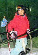 「とにかく滑るのが好きだった」と両親が振り返る小学5年時の片山来夢選手=2006年8月、愛媛県の屋内ゲレンデ(片山渉さん提供)