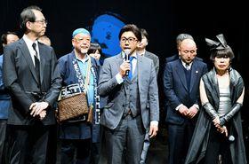 ランウエーであいさつする本家大黒屋の橋本さん(中央)。右はコシノさん、左は内堀知事