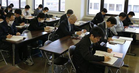 約30人が事務作業の日程などを確認=長崎市内