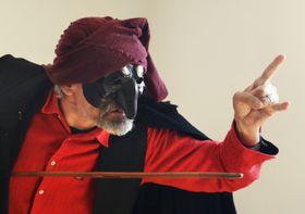 「パンタローネ」の仮面をつけたブルニェーラ=イタリア中部オルビエト(撮影・松井勇樹、共同)