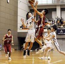 バスケットボール男子1回戦・城ノ内対阿南高専 ゴール下で激しく競り合う両チームの選手=鳴門アミノバリューホール