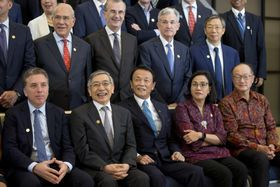 11日、インドネシア・バリ島で開幕したG20財務相・中央銀行総裁会議に出席した黒田日銀総裁(前列左から2人目)、麻生財務相(同3人目)ら(AP=共同)