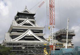 復旧工事が進められる熊本城天守閣。左は外観工事をほぼ終えた大天守。右は小天守=26日午前
