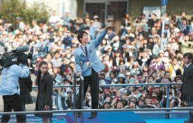 前回のパレードで、観衆に笑顔で手を振る羽生選手=2014年4月26日、仙台市青葉区一番町3丁目