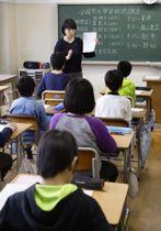 全国学力テストに参加した東京都内の小学生=17日