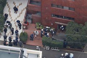 マンション1階エントランスのひさしが落下し、作業員が下敷きとなった事故現場=27日、東京都渋谷区(共同通信社ヘリから)