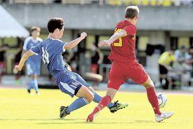 静岡ユース―U―18ベルギー 後半14分、同点ゴールを決める静岡ユース・植中(左)=草薙総合運動場陸上競技場