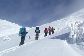 海外遠征を見据えて、冬の岩木山で訓練する「流転」のメンバーたち。先頭から2番目が金城さん、最後尾が小田桐さん=2017年12月(黒木さん提供)