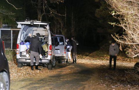 東京都豊島区の女性の遺体が遺棄されたとみられる栃木県那須町の山中で、捜索の準備をする警視庁の捜査員ら=5日午後10時7分