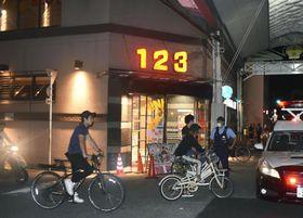 スプレーがまかれたパチンコ店=17日午後11時31分、大阪市西成区