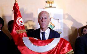 13日、チュニジア大統領選の決選投票の開票結果を待つサイード氏=チュニス(ロイター=共同)