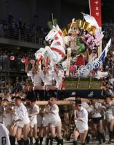 博多祇園山笠の「追い山」で、櫛田神社の境内を駆け抜ける「西流」の舁き山=15日早朝、福岡市博多区