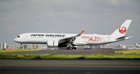 羽田空港に到着した日航のエアバスA350初号機=6月14日