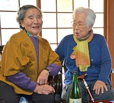 2015年3月、「先生」と慕った日吉フミコさん(右)の100歳を祝う会で、談笑する坂本フジエさん