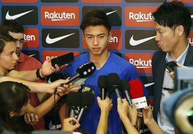 スペイン1部リーグのバルセロナに移籍し、記者会見する安部裕葵=17日、バルセロナ(共同)