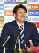 引退の記者会見に臨む元日本代表FW巻誠一郎=16日、熊本市