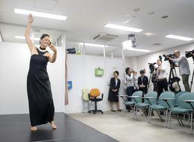 判決を前に、フラダンスを実演する原告のカプ・キニマカ・アルクイーザさん=20日、大阪市の司法記者クラブ