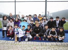 香川真司選手(前列中央)と記念撮影をするトルコ・イスタンブールの日本人学校の児童や生徒=21日、イスタンブール(ベシクタシュ提供・共同)