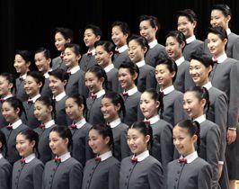 宝塚音楽学校の入学式で、写真に納まる新入生=18日午前、兵庫県宝塚市