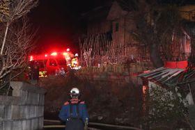 火災のあった大阪府八尾市の現場周辺に集まる消防隊員ら=23日午前