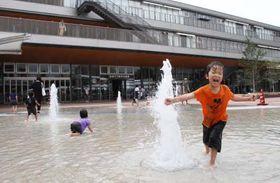 徳山駅前の噴水で遊ぶ子どもたち