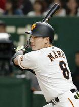 7回、左中間に本塁打を放つ巨人・丸=東京ドーム
