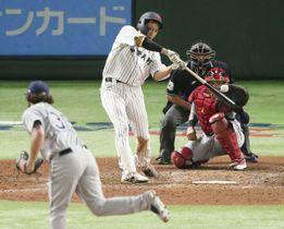 日本―MLB 9回日本2死一塁、柳田が中越えに逆転サヨナラ2ランを放つ。投手イェイツ、捕手モリーナ=東京ドーム