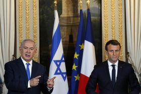 10日、パリで会談後に記者会見するフランスのマクロン大統領(右)とイスラエルのネタニヤフ首相(AP=共同)