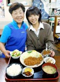 トンカツ定食をPRする上野公子さん(左)と孫娘の里菜さん