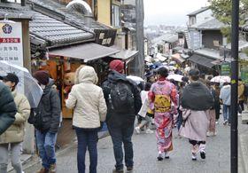 多くの外国人観光客などで混雑する、京都市の清水寺付近