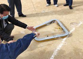 沖縄県宜野湾市立普天間第二小の運動場に米軍CH53E大型輸送ヘリコプターの窓が落下した。周囲には割れた窓の破片が散らばっている=昨年12月13日(宜野湾市提供)
