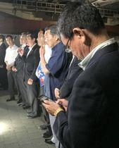 参院選の街頭演説中、スマートフォンを操作してツイッターで発信する河野氏(手前)=7月、横浜市中区
