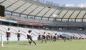 ラグビーW杯の開幕戦が行われる東京・味の素スタジアムで調整する日本代表=19日