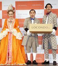 発表会に登場した(左から)デヴィ夫人、「霜降り明星」のせいや、粗品=18日、東京都内