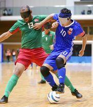 日本―モロッコ 後半、競り合う川村(右)=町田市立総合体育館