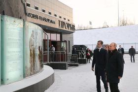 18日、ロシア北西部レニングラード州キーロフスクにある戦勝記念館を訪れたプーチン大統領(手前)(共同)