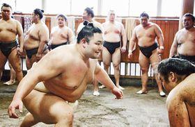 ぶつかり稽古で胸を出す朝乃山(手前左)=4月、東京都墨田区の高砂部屋