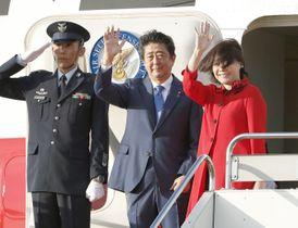 国連総会に出席するため、米ニューヨークに向け羽田空港を出発する安倍首相夫妻=23日午後