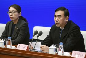 新型コロナウイルスによる肺炎について記者会見する中国の国家衛生健康委員会の幹部ら=22日、北京(共同)