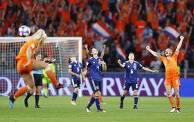 オランダに競り負け、天を仰ぐ熊谷(中央)ら日本イレブン。ベスト16で敗退となった=25日、レンヌ(共同)