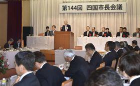 徳島県三好市で開かれた四国市長会の定例会議=17日午前