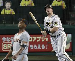 7回阪神無死一塁、ボーアが右中間に先制2ランを放つ。投手メルセデス=甲子園