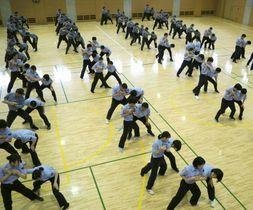 術科査閲式で矯正護身術を発表する女子刑務官と職員=16日午後、東京都昭島市の矯正研修所