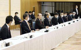 東京五輪・パラリンピックの新型コロナウイルス対策を検討する調整会議。左手前から3人目はあいさつする杉田和博官房副長官=2日午後、首相官邸