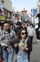 食べ歩きを楽しむ人でにぎわう「小町通り」=22日午後、神奈川県鎌倉市