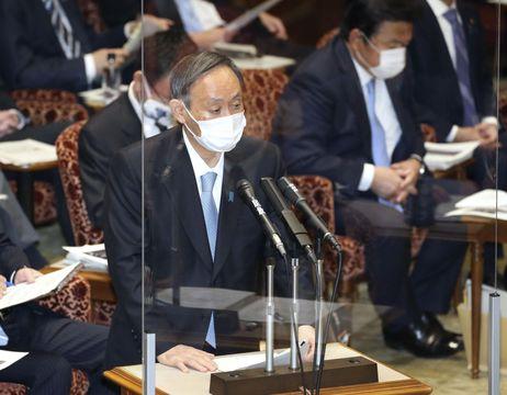 参院予算委で答弁する菅首相=4日午前