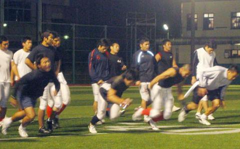 甲子園ボウルに向け熱のこもった練習を見せる日大の選手たち=2007年、日大グラウンド