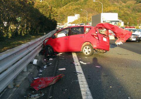 東名高速道路下り線で大型トラックと衝突した乗用車=14日午後、静岡県焼津市(同県警高速隊提供)